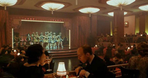 4. New Yorker Hotel Бальный зал этого сорокатрехэтажного отеля с восьмидесятилетней историей Аллен переоформил в «Пулях над Бродвеем» под ночной клуб. Из номеров открываются великолепные виды, но современные постояльцы жалуются на скверное обслуживание. К тому же с тех пор зал отремонтировали: вместо шикарных плафонов на его потолке теперь точечная подсветка.. Изображение №23.