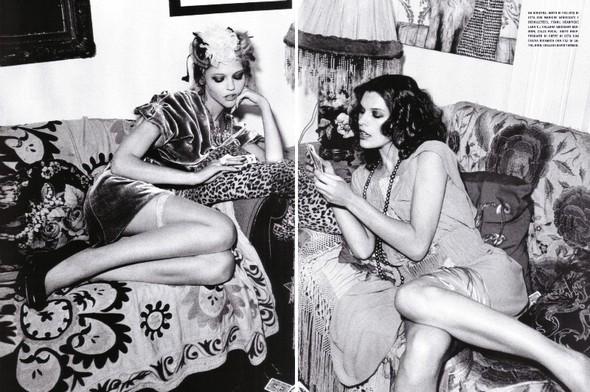 Архивная съёмка: Мила Йовович и Саша Пивоварова для Vogue, 2009. Изображение № 13.