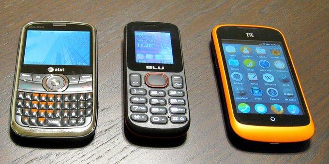 Слева направо: смартфоны Pantech P7040 Link (43 доллара в сети BestBuy), BLU Jenny (20 долларов в сети BestBuy) и ZTE Open (около 25 долларов) Информация о стоимости — автор снимка; на момент публикации заметки указанные модели на сайте BestBuy отсутствовали. Изображение № 1.