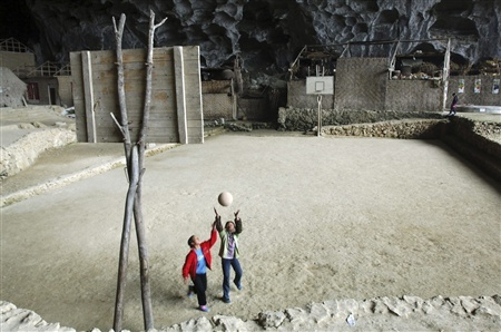 Школа впещере, вграфстве Ziyun. Китай. Изображение № 3.