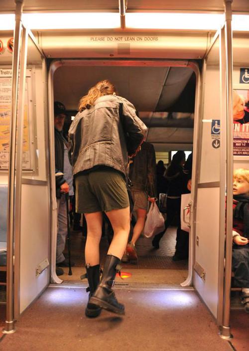 Прикольные фотографии женщин без штанишек 13 фотография
