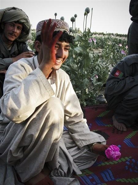 Chai Boy Chilling.  Мальчик Chai здесь свободен от дежурства. Его руки и ноги только-только покрашены хной, глаза подведены и в руке он держит цветок, флиртуя таким образом с окружающими.. Изображение № 5.