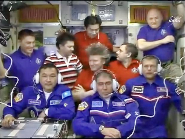 «Союз» с тремя космонавтами пристыковался к МКС. Изображение № 1.