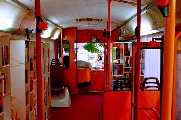 Старый троллейбус превратили в библиотеку. Изображение № 1.