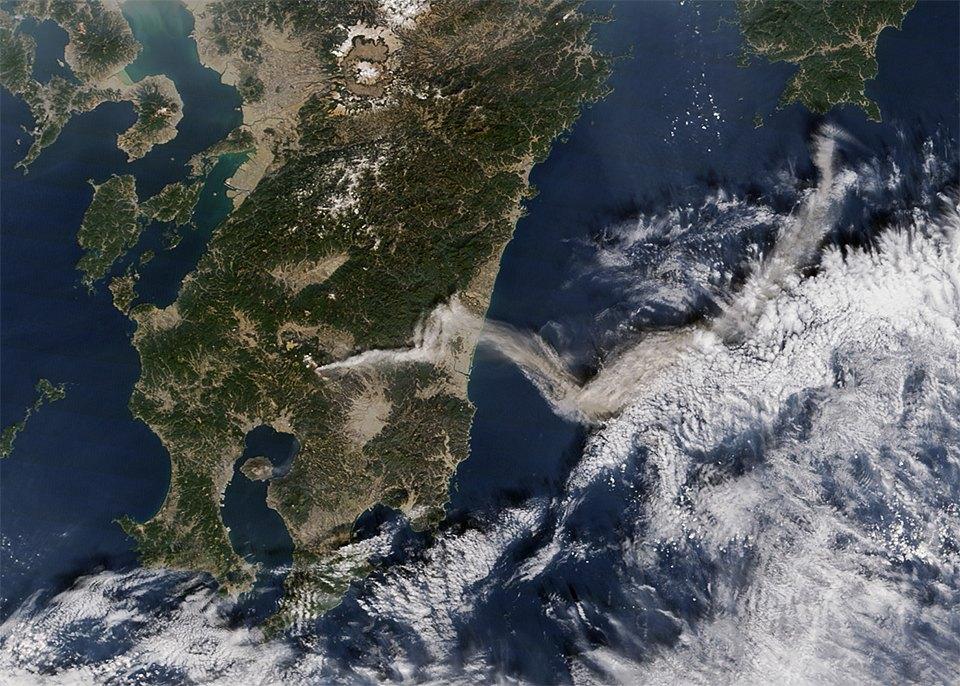 Как выглядит из космоса извержение вулкана. Изображение №11.