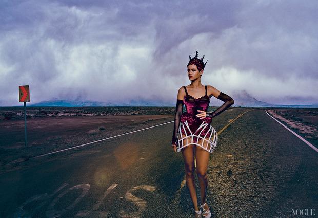 Рианну сняла Энни Лейбовиц для ноябрьского Vogue US.. Изображение № 5.
