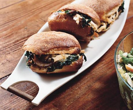 Теплые куриные сендвичи сошпинатом, сыром игрибами. Изображение № 1.