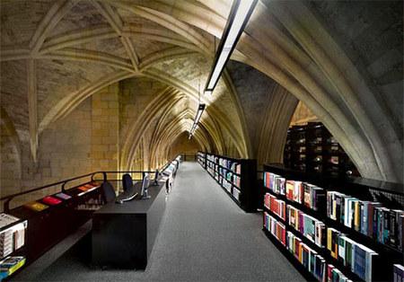 Книжный магазин встенах католической церкви. Изображение № 2.