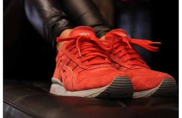 Кайси Диего в кроссовках Asics GT-II Super Red 2.0. Изображение № 2.