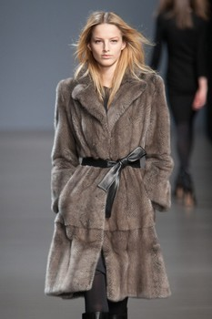 Valentin Yudashkin. Fall-Winter 2010-2011. Изображение № 5.