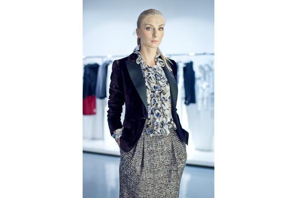 Блуза 17 200р, пиджак 37 750р, юбка 9 610р. Изображение № 11.