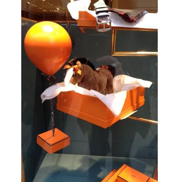 10 праздничных витрин: Робот в Agent Provocateur, цирк в Louis Vuitton и другие. Изображение № 49.