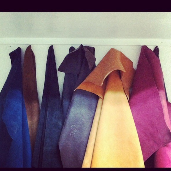 В студии у моего друга Кости Кофты имеется кожа самых разных цветов. Изображение № 49.