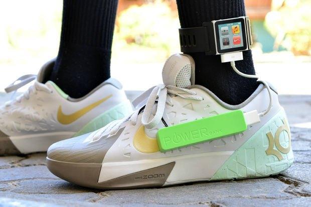 Подросток научился заряжать смартфон кроссовками. Изображение № 1.