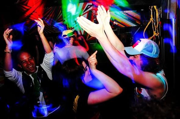 Baile funk - развязный и злой фанк, под который трясут попами в бедных бразильских фавелах. Изображение № 6.