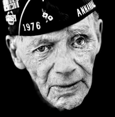 """Эдвард Гамильтон 1917 года рождения, США """"По мне — трусость хуже смерти. Я трижды ранен. В последний раз — шрапнелью в лицо. В моем батальоне бывали солдаты, которые специально калечились, чтобы поехать домой. Один отстрелил себе палец на ноге. Но я следил, чтобы самострельщиков судили и приговаривали к тяжелому труду. Один офицер как-то расхотел служить. Сказал, что сам-то он храбрый, но ему трудно мириться со смертью подчиненных. Я разжаловал его в рядовые и послал на передовую, чтобы он мог проявлять свою храбрость, не заботясь об ответственности за других."""". Изображение № 6."""
