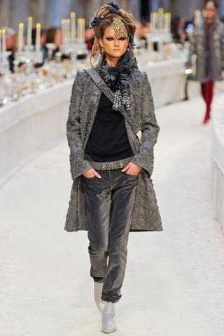 Chanel показали пре-осеннюю коллекцию. Изображение № 47.