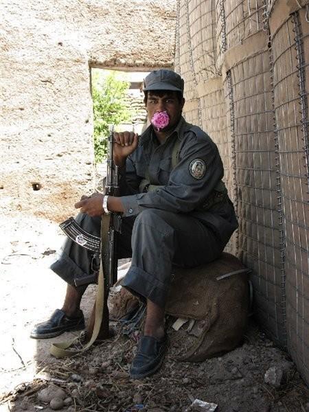 Изображение 7. Брэн Симондсон (Bran Symondson): AK-47, опиум и полиция с подведенными глазами.. Изображение № 7.