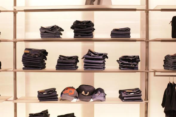 Корнер Armani Jeans на четвертом этаже ЦУМа. Изображение № 2.