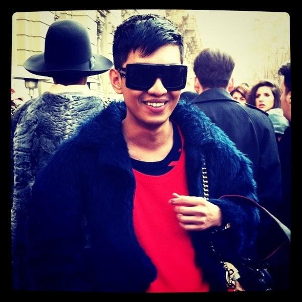 На Неделе моды в Милане любитель ярких вещей Брайан Бой не раз появлялся в красной одежде. Изображение № 11.