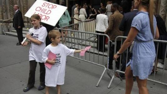 Главные протесты в моде: От человеческих волос до голой демонстрации. Изображение № 15.
