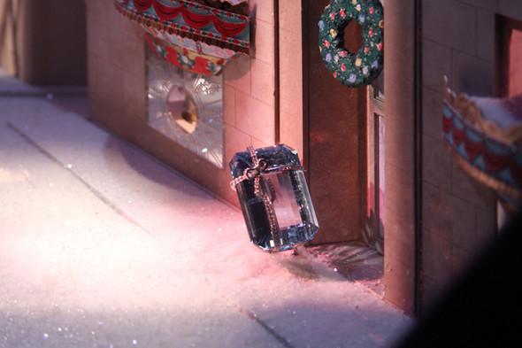 10 праздничных витрин: Робот в Agent Provocateur, цирк в Louis Vuitton и другие. Изображение № 55.