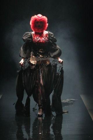 В Токио на подиум вышла готическая Алиса в Стране чудес. Изображение № 6.