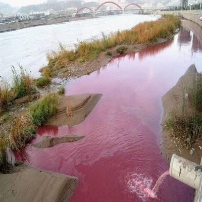 Так выглядит вода, отработанная при традиционном процессе окраски. Изображение № 10.