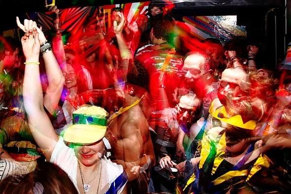 Baile funk - развязный и злой фанк, под который трясут попами в бедных бразильских фавелах. Изображение № 5.