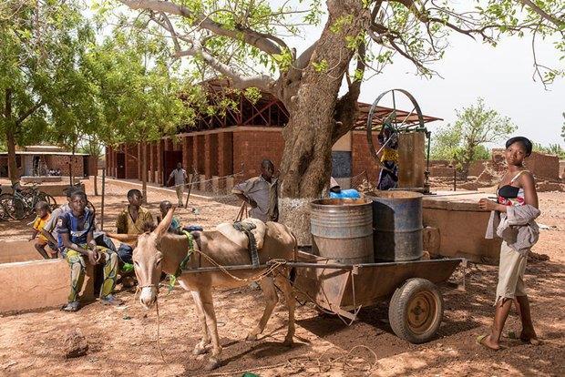 Фотограф: Grant Smith / Здание: Bethel Secondary School  (Гурси, Буркина-Фасо) / Бюро:  Article 25 / Категория: «Чувство места». Изображение № 20.