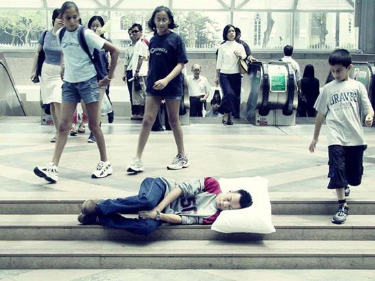 Пока ты спал:  Спящий приятель в публичных местах. Изображение № 6.