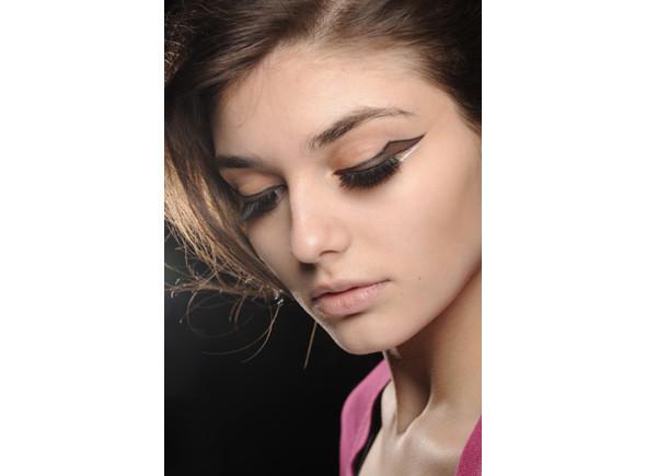 Перевести стрелки: тенденции макияжа FW 2010. Изображение № 9.