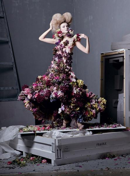 Каролин Трентини в платье из коллекции Alexander McQueen SS 2007. Изображение № 6.