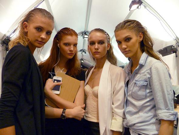 Перед показом Guy Laroche: русские модели (Ира Николаева — с краю справа). Изображение № 26.