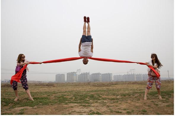 Летающие и падающие люди Ли Вея. Изображение № 27.