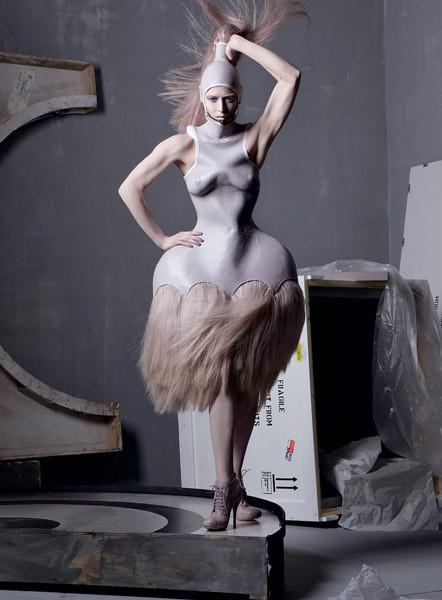 Ракель Зиммерманн в платье из коллекции Alexander McQueen SS 2005. Изображение № 3.