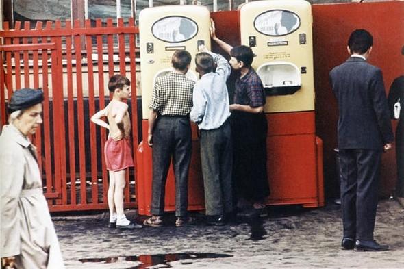 У автомата с газ.водой, Москва, 1960 г.. Изображение № 236.