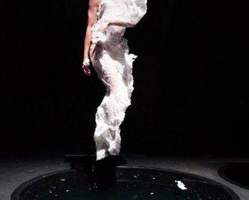 Голландский модельер представил скульптурные платья из воска. Изображение № 3.