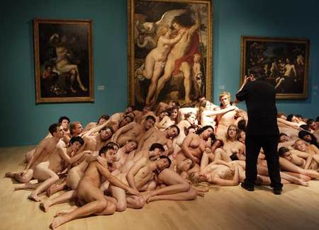 Живые скульптуры Спенсера Туника. Изображение № 1.