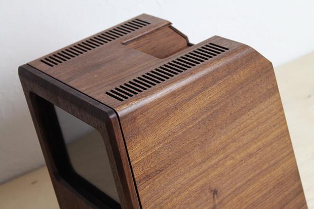 Дизайнер сделал из дерева копию компьютера Apple 1984 года. Изображение № 3.