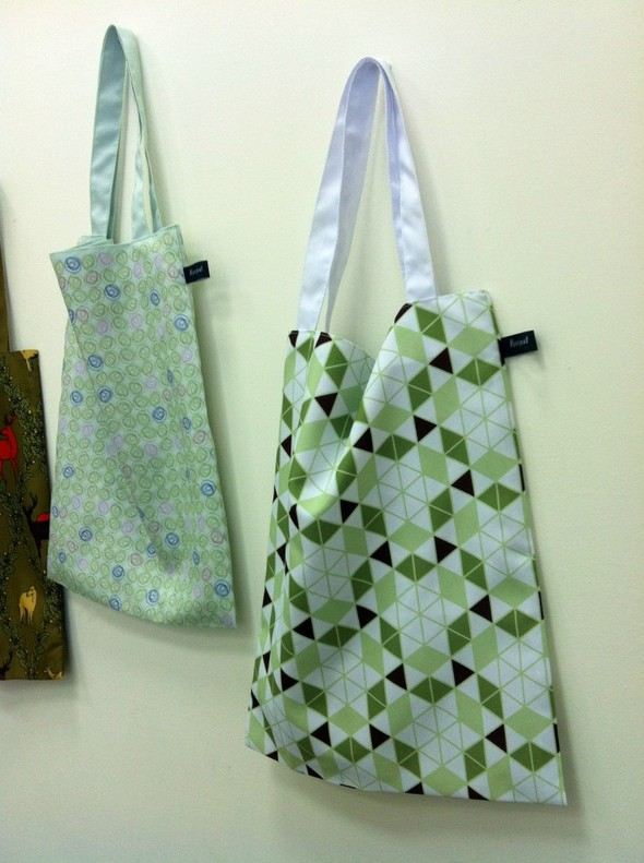 Запустили в производство сумки и шарфы с авторскими принтами. Изображение № 1.