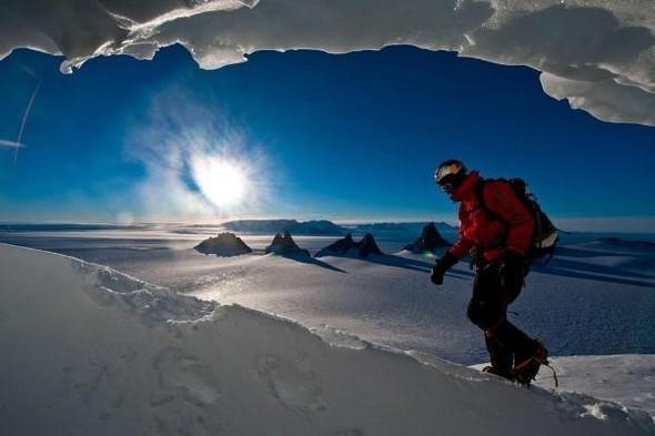 Бейс-джампер Валерий Розов совершил прыжок с одной из самых красивых и сложных гор Антарктики. Изображение № 1.