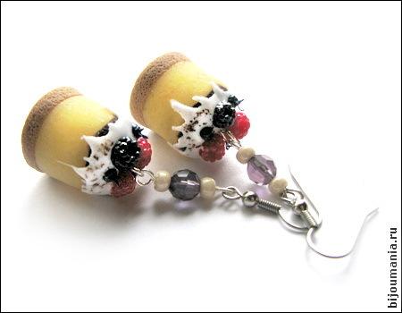 """Серьги  """"Ванильный чизкейк с ягодами """" Пластика, чешский бисер, стеклянные бусины, швензы из медицинской стали."""