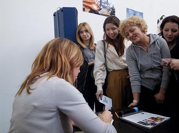 Алена Долецкая раздает автографы на приглашениях и старых номерах Vogue. Изображение № 31.