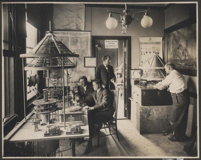 Чарльз Геррольд, преподаватель электроники из Сан-Хосе, который построил радиовещательную станцию. Изображение № 9.