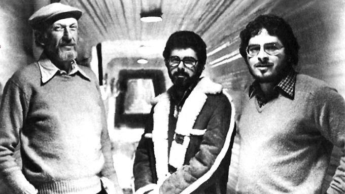 Лоуренс Кэздан (справа) на съемках. Изображение № 2.