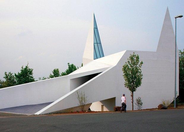 В Германии построили похожую на Бэтмена церковь. Изображение № 2.