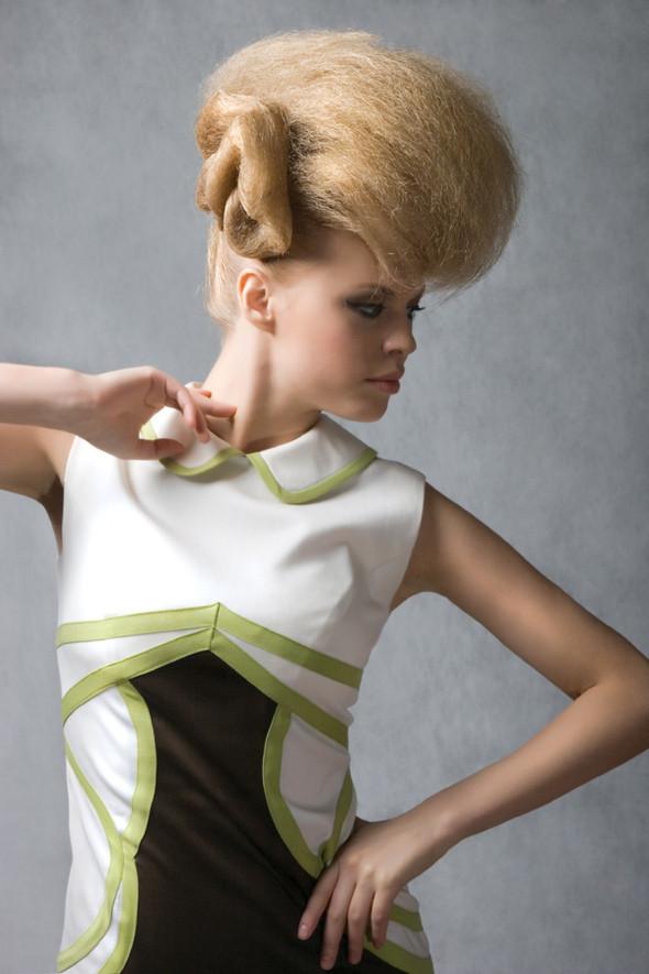 Элегантный декор, обрамляющий платье является главным акцентом этой модели. Несмотря на относительную лаконичность модели, она идеально подойдет для похода в ресторан или кафе.  Состав материалов:  шерсть 90%, эластан 10%. Страна изготовления: Италия . Изображение № 20.