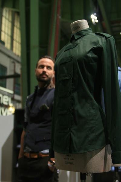 Импозантный мужчина присматривается к рубашке французского дизайнера. Изображение № 21.