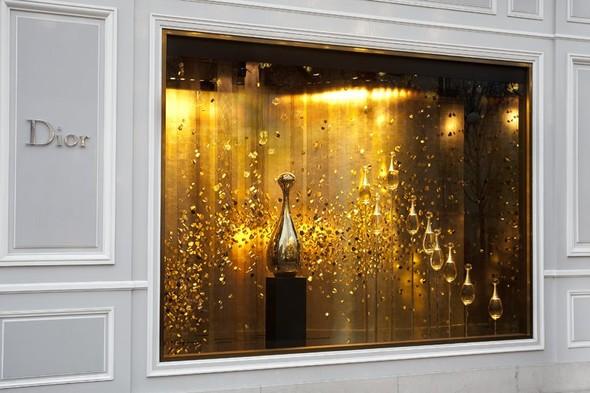 10 праздничных витрин: Робот в Agent Provocateur, цирк в Louis Vuitton и другие. Изображение № 102.